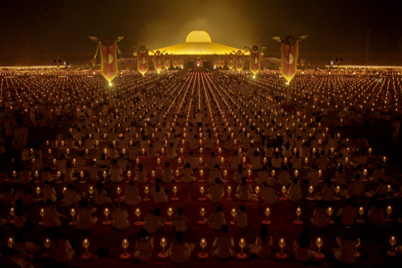Thousands of devotees surrounding Dhammakaya temple - Come and See - THIS Buddhist Film Festival